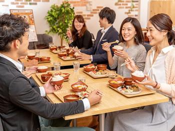 社食は貴重な社内コミュニケーションの場です。部門の垣根を超えてノンストレスでランチタイム♪