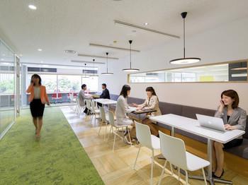 打ち合わせスペース・会議室も利用可能です。必要な時に必要なだけ利用することでコストを低く抑えることができます。