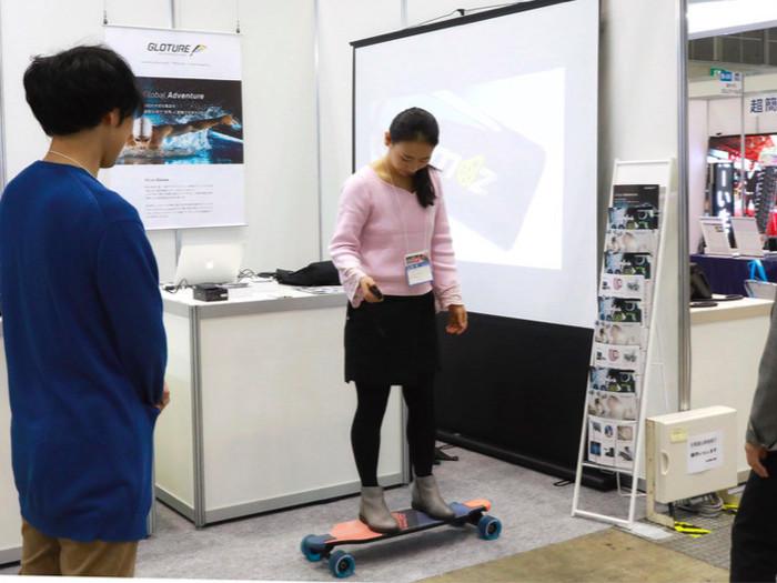 東京ビッグサイトにて開催された産業交流展2018に出展。弊社で扱う海外製品を携え、その魅力を日本のバイヤー様へアピールして参りました。写真は電動スケートボードの最新型。実際に乗って操作いたしました。