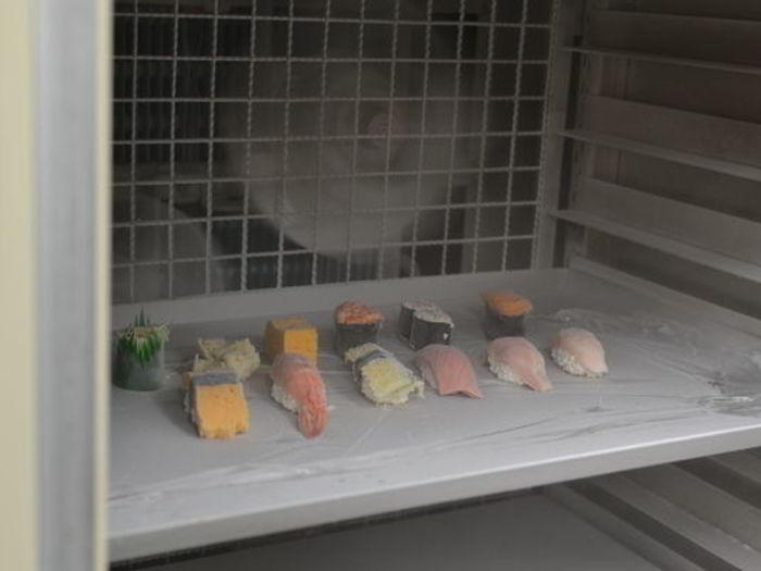 お寿司もわずか30分程度でこのようにカチカチに凍ります。通常の冷凍ですと、お寿司や米飯の冷凍解凍は難しいですが、弊社の技術ですとそれが可能になります。